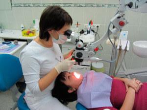 Лечение зубов под микроскопом — лучший способ сохранить красивую улыбку